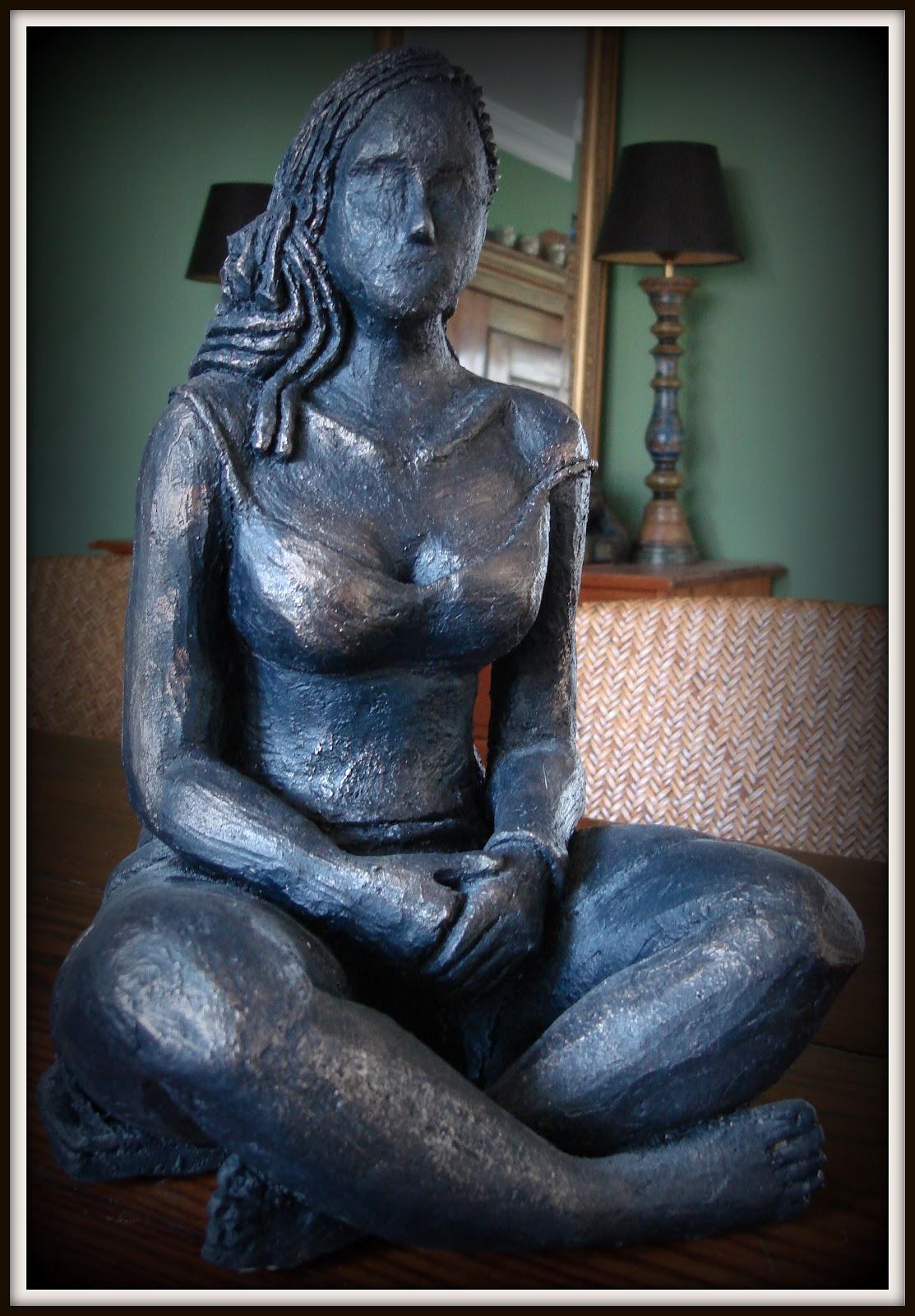 Zittend vrouwenbeeld